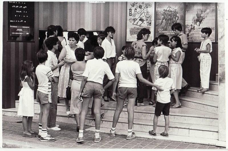 1984. Un grupo de niños intentan decidir qué película ver: 'Loca Academia de Policía' o 'Los Goonies'. Fantástica imagen.